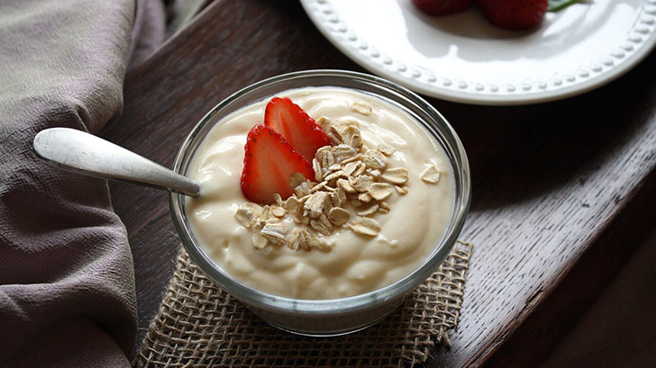 Greek Yoghurt with strawberry and oats in a bowl